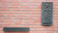 Bronzetafel am Eingangsbereich unserer Schule